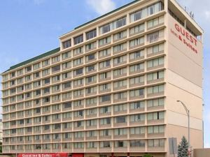 퀄리티 인 앤 스위트 (Quality Inn & Suites Cincinnati Downtown)