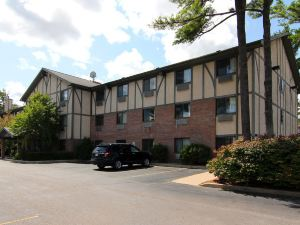 Days Inn and Suites Traverse City