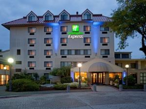 홀리데이 인 익스프레스 (Holiday Inn Express Boston Waltham)