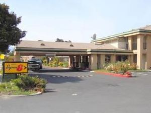 Super 8 Salinas Hotel