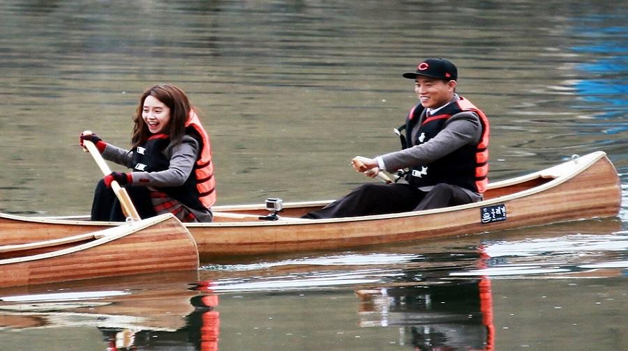 两人协作手划独木舟,体验人类最古老的水域交通之一