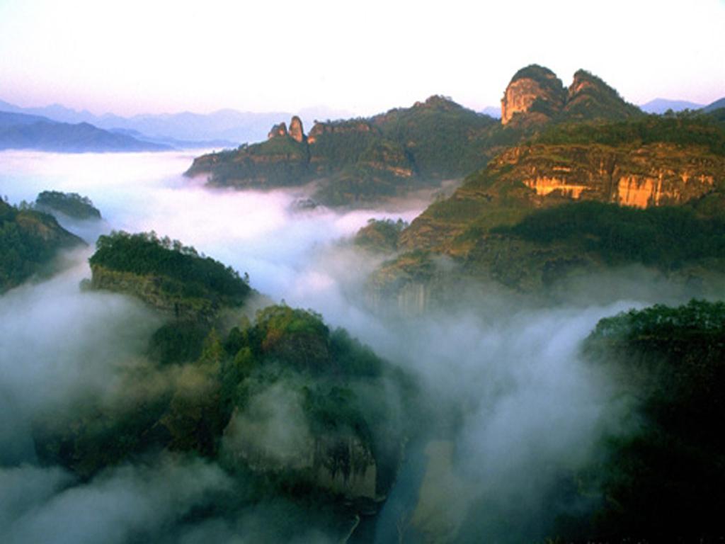 天游峰位于武夷山风景区九曲溪中的六曲溪北面,地处景区中心位置.