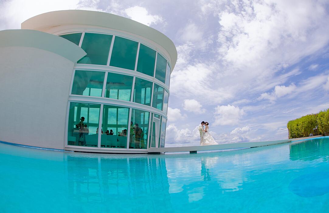 白色羽翼教堂座落在关岛超5星级喜来登酒店,现代化的圆弧造型,同时也