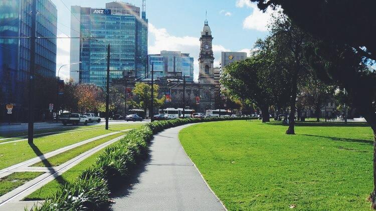 纯玩系列<阿德莱德> - 阿德莱德 ----- 阿德莱德是南澳的首府城市,从文化名胜到海岸线它都是一个丰富多彩的城市,餐馆、园林和葡萄酒产区近在咫尺。在这里没有交通堵塞,到山丘和海滩只有20分钟车程,气候宜人,适合户外活动。您可以在我们专业导游的带领下游览博物馆,美术馆,圣彼得教堂并在莱特上校瞭望台上欣赏阿德莱得市景,随后前往商业街,植物园和黑氏巧克力工厂。 最后前往南澳第一登陆港格雷尔,这里有各式各样的商店,餐厅及欧式咖啡厅。  - 阿德莱德山&维特港 ----- - 前往阿德莱
