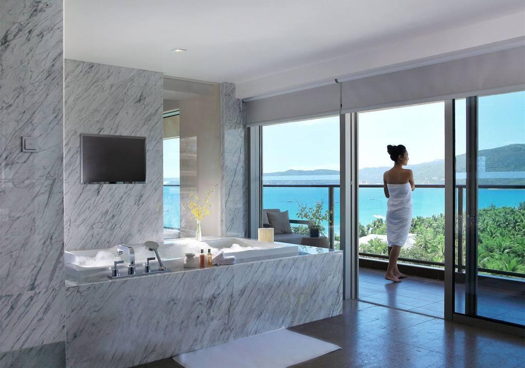 73间豪华套房及6座至尊海滩别墅,大部分房型能将亚龙湾壮阔海景尽收