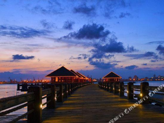 湛江特呈漁島度假村位于特呈島,是國內罕見的天然溫泉海島度假村。 特呈島與湛江城區隔海相望,東臨太平洋。島上生態環境良好,有樹齡超過500年的天然紅樹林1000多畝和大片生態濕地。 2003年,中共中央總書記、國家主席胡錦濤視察特呈島,提出把特呈島建設成為文明生態旅游新海島。 島西北有漁家風情別墅、生態農家樂、漁家樂、海濱浴場、溫泉景觀、四合院等。 島西南有水上運動、兒童活動中心、星級度假酒店、游艇別墅等;島東南有海洋生物科技園、高爾夫球等。 這里有雷州半島傳統風情的原生態茅草別墅、融合民宅與嶺南建筑風格