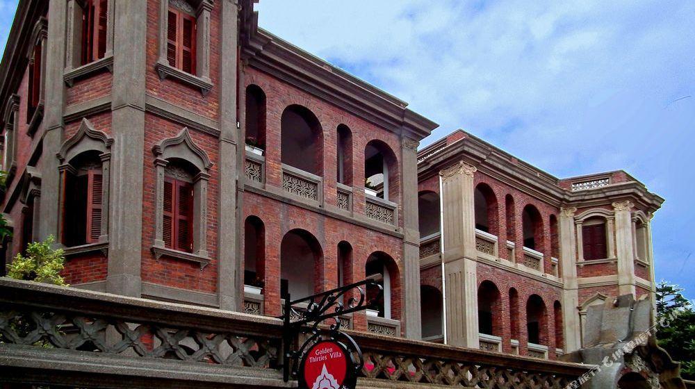 """"""" style=""""color:#0066cc;cursor:pointer;"""">联系方式   三十年代度假别墅座落于著名的花园城市厦门的瑰宝鼓浪屿,人文风情极其丰富,是一家庭式旅馆。   房子始建于三十年代,占地五百平方,为一幢三层独立别墅。原为私人住宅,隐身于蜿蜒的小路尽头,远离尘世的喧闹和嘈杂,其低调的奢华以及典雅的气质成为漫步鼓浪屿后一个惬意的港湾。   四百多平方的空间规划成13间风格独特大客房,每一间房间的装修与布置,都是斟酌之后的选择,红色的瓦屋面,雅致的家具,舒适而干净的床,在"""