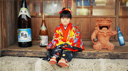 衣着琉球装的可爱小孩