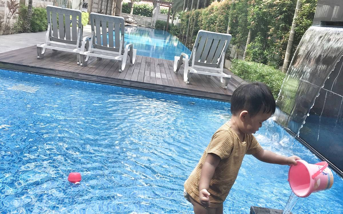 Seaside with swimming pool in condo