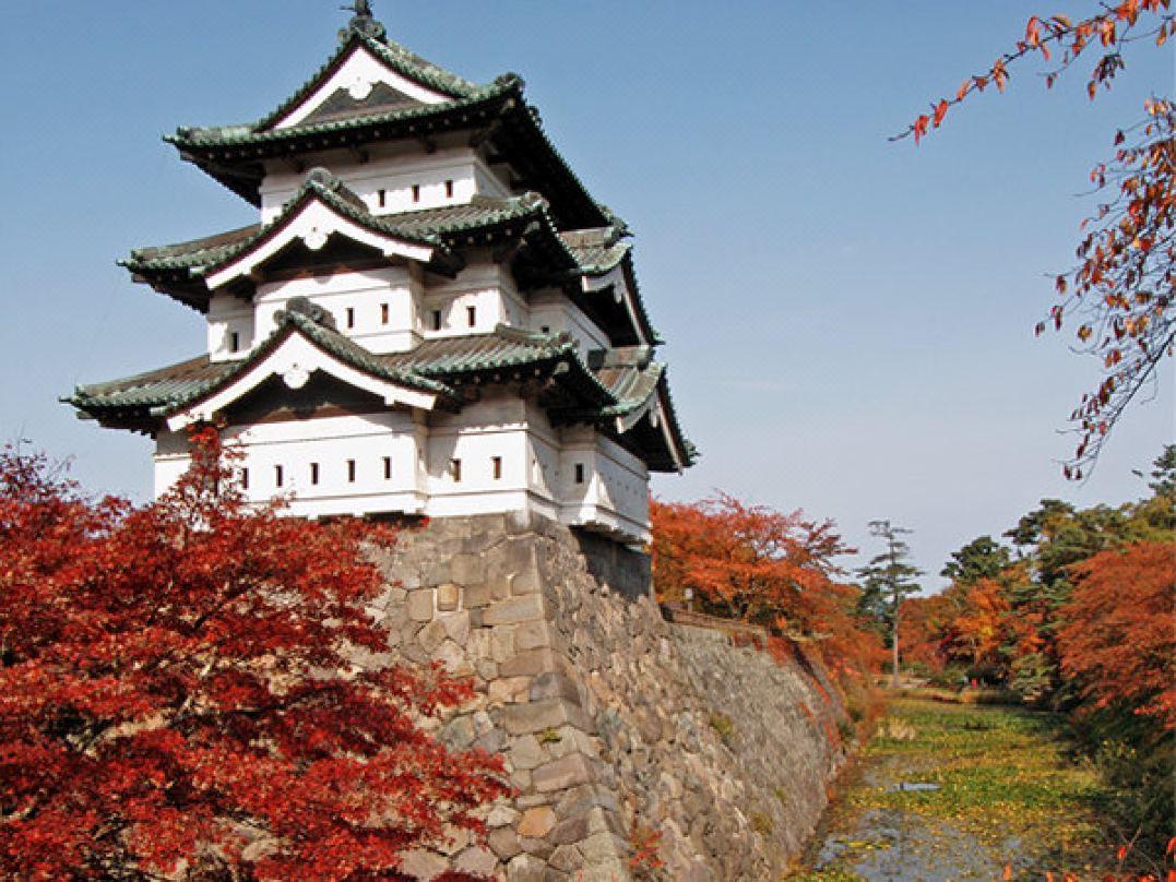 【弘前公園のライトアップが人気】紅葉の見頃は10月中旬~11月上旬