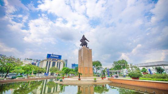 Trần Hưng Đạo Statue
