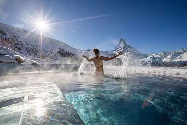 """冰天雪地穿比基尼!這十處露天泳池譜寫世上最酷""""冰與火之歌"""""""