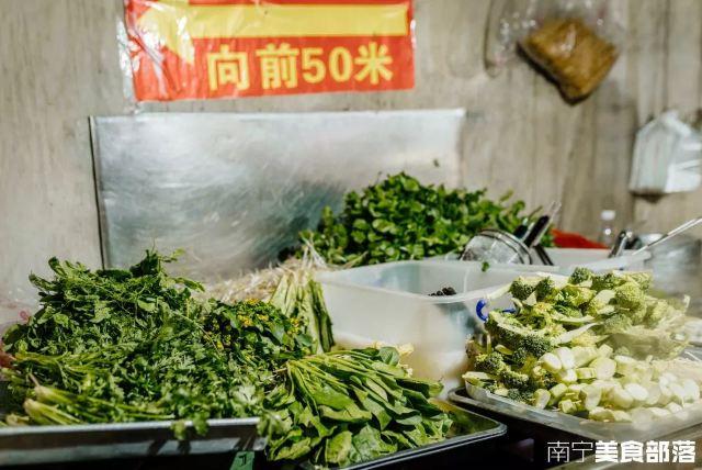星湖南一里25歲的街邊牛雜攤,一開店就滿座!