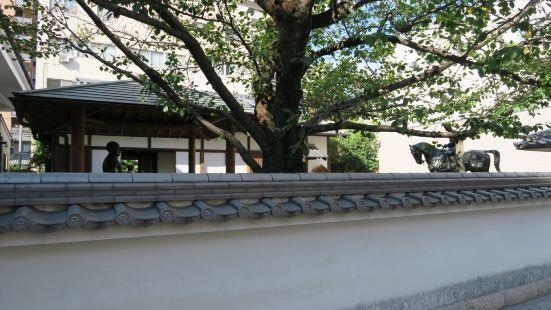 Statue of Akiyama Brothers'