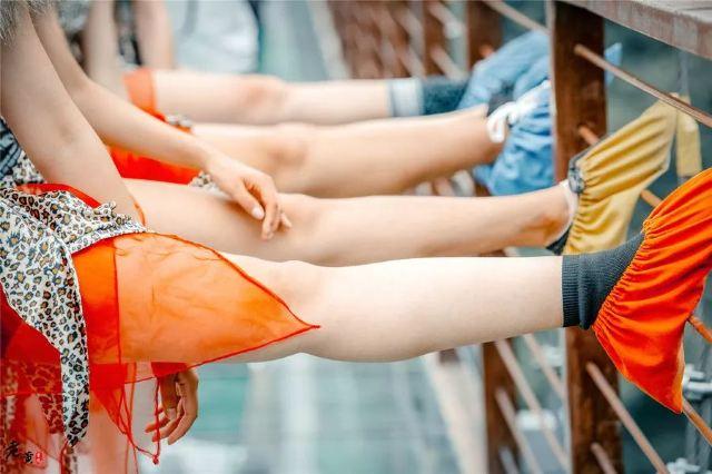 """鄭州這座玻璃廊橋驚現""""野人""""出沒,膚白貌美腿長好生誘人"""