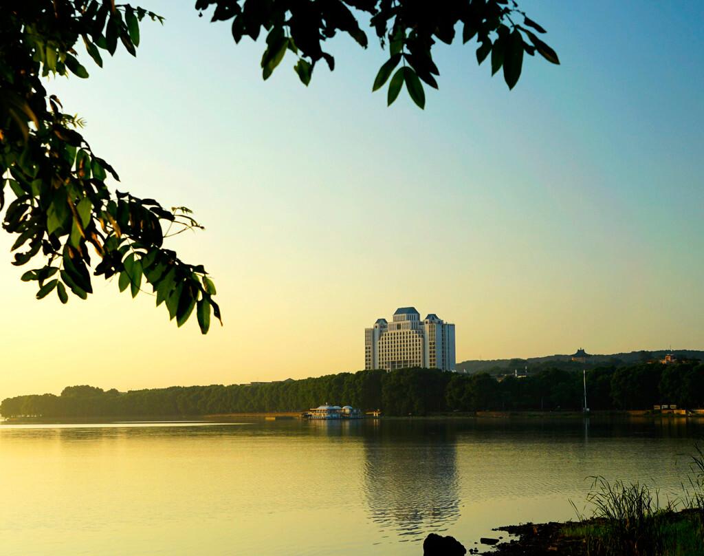 家前輩李四光選址珞珈山)名校百年名校武漢大學風景如畫,國內最美校園