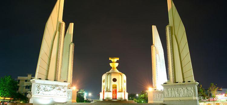 Democracy Monument3