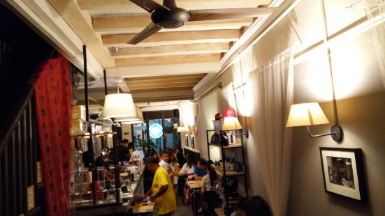 Yellow Lips Cafe & Bar
