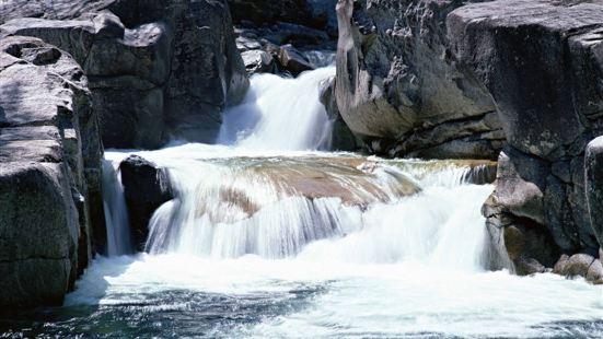石牛寨蟒洞峽谷漂流