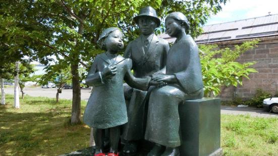 Akai Kutsu Oyako Statue