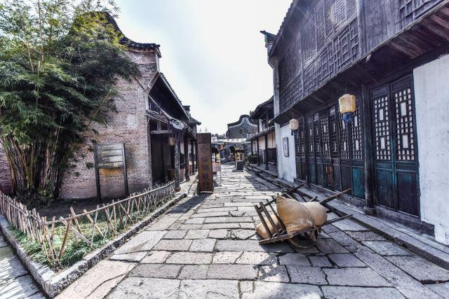【詩畫浙江】在被譽為東方荷里活的橫店,居然也有如此年味的廟會