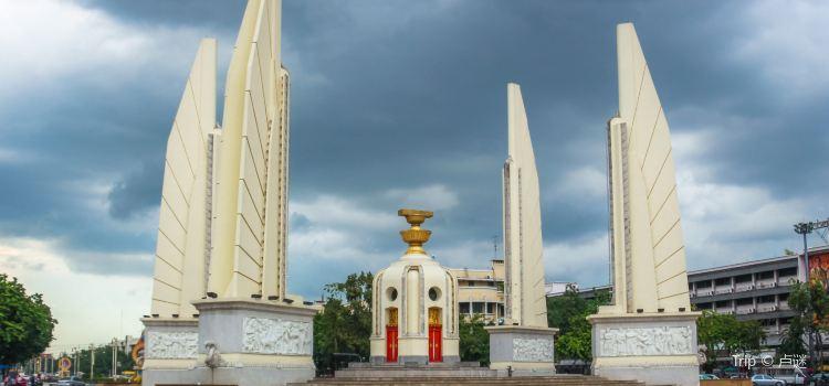 Democracy Monument2