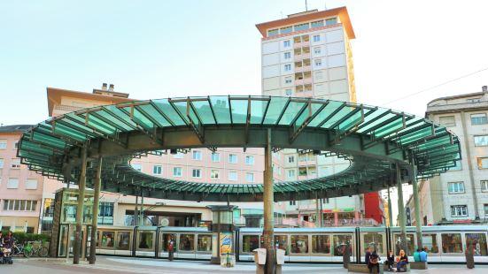 옴므 드 페흐 광장