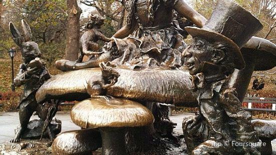 愛麗絲夢遊仙境雕塑