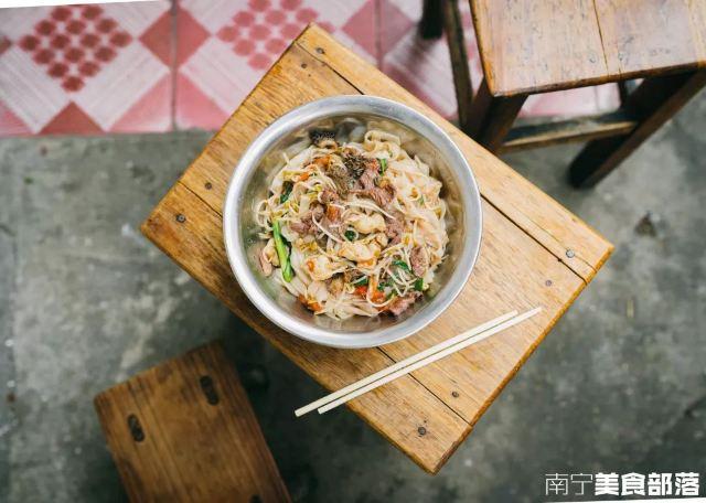 在矮牆上吃「牛雜老友」,江南這家24年老店會玩!