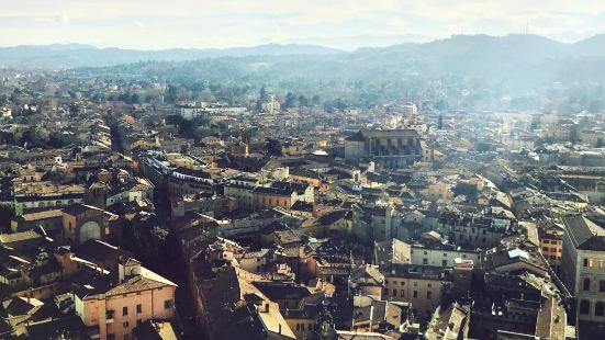 Towers of the Asinelli and Garisenda (Torri degli Asinelli e Garisenda)