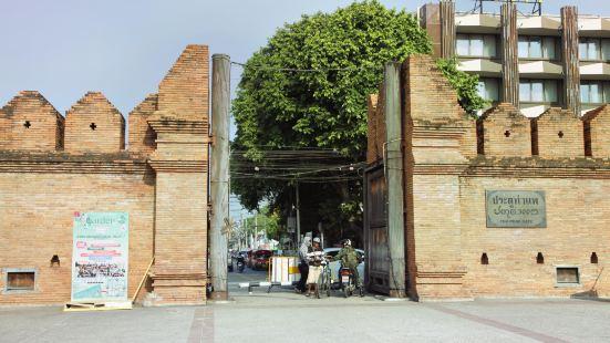 Tha Phae Rd