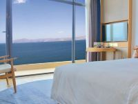 它是洱海邊唯一一家五星級酒店,去年一開業就驚艷大理!每間房都幾乎躺著看海
