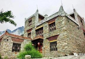 川西北:遊歷甘堡藏寨 眺望無名雪山