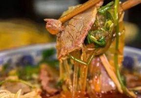 陳曉卿不止一次地cue到它,迅速制霸街頭的淮南牛肉湯,喝過的人才懂。