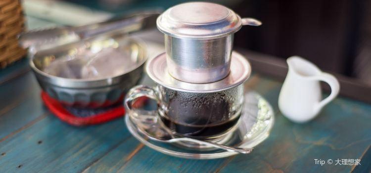 Le Petit Cafe2