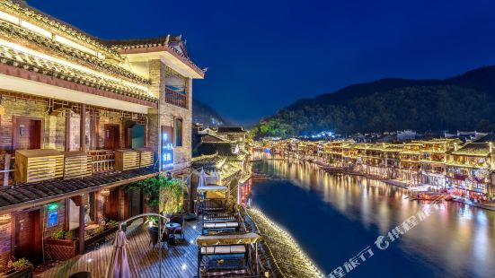 Wair For A Person River-view Inn (Fenghuang Tiaoyan)