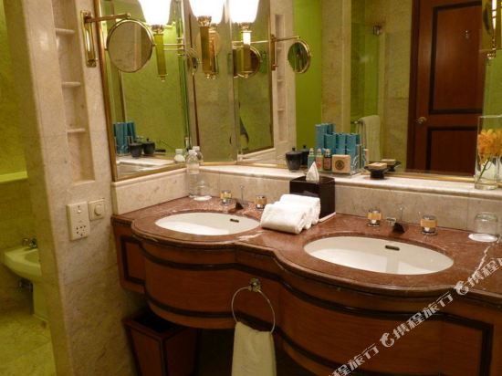 曼谷香格里拉大酒店(Shangri-La Hotel Bangkok)Krungthep Deluxe Balcony Bathroom