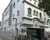 神奇旅店 (Staycation Approved)