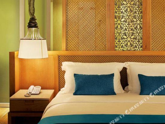 華欣洲際度假酒店(InterContinental Hua Hin Resort)洲際俱樂部泳池特大床房帶露台