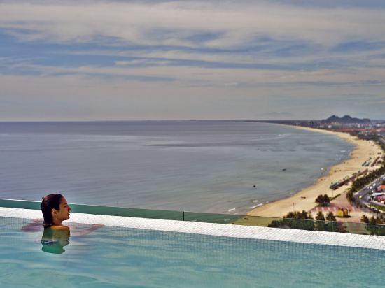 樂卡爾特峴港海灘酒店(A La Carte Da Nang Beach)室外游泳池