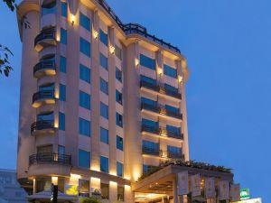 班格洛金翅雀酒店