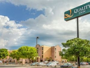 聖安東尼奧嘉年華六旗品質酒店(Quality Inn San Antonio Fiesta at Six Flags)