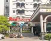 RedDoorz Premium near Ekkamai BTS Station