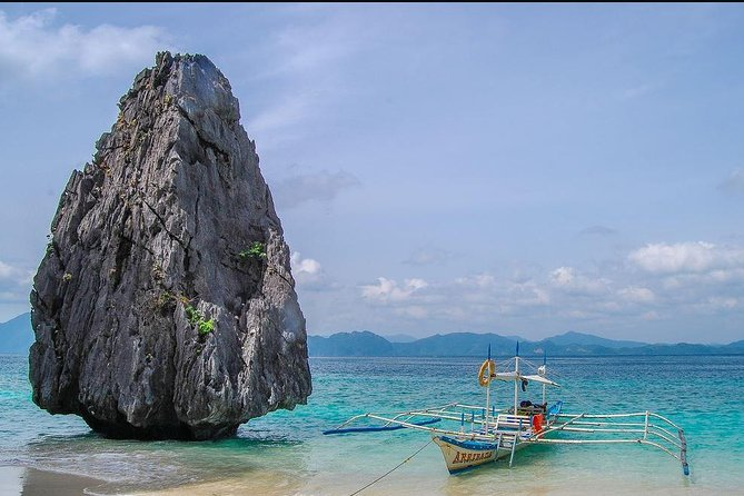 El Nido Island Hopping: Caves and Coves Tour Including Buffet Lunch