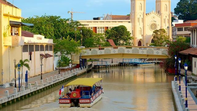 布城粉色清真寺+馬六甲河遊船+雞場街+海峽清真寺+荷蘭紅屋+蘇丹王宮一日遊