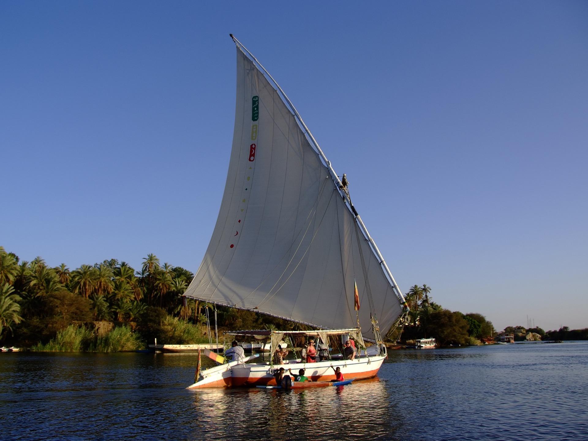 阿斯旺風帆船之旅 掌舵風帆船-暢遊尼羅河美景
