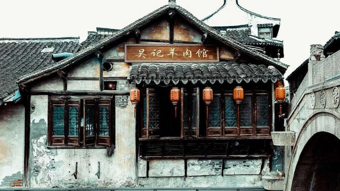 Private Shanghai Layover Tour to Xinchang Ancient Town with Lunch
