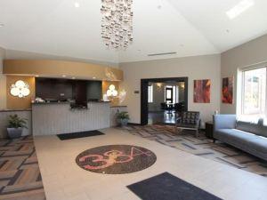 東大道套房酒店(The East Avenue Inn & Suites)
