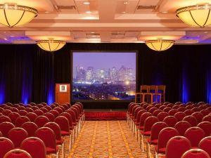 波士頓洛根機場使館套房酒店(Embassy Suites Boston at Logan Airport)