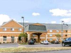 品質套房大學/機場酒店(Quality Inn & Suites University/Airport)